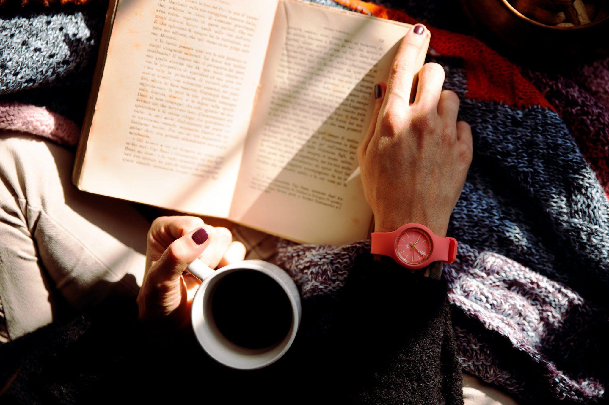 Frau liest ein Buch und trinkt Kaffee; Informationen spannend einbinden